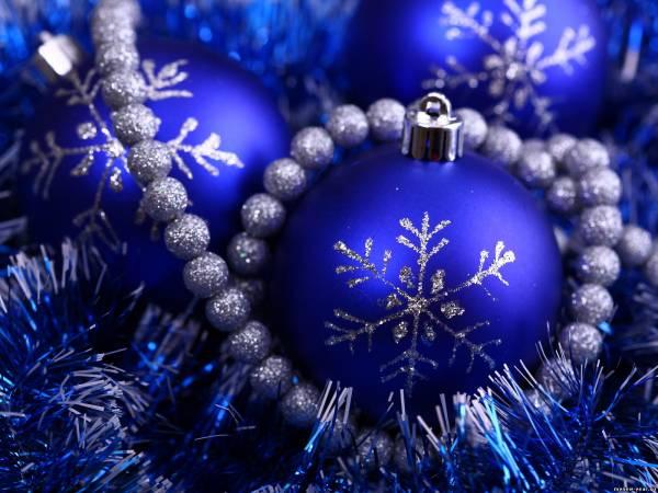Сделав несколько таких колокольчиков, можно развесить их в разных местах.  И когда Дед Мороз придет в гости...